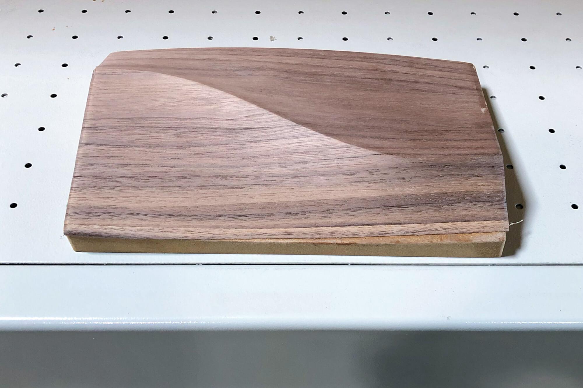Pieza de madera chapada con volumen
